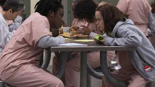 """Uzo Aduba et Taryn Manning, détenues à la prison pour femmes de Litchfield dans la série """"Orange is the new black"""". (JOJO WHILDEN/NETFLIX)"""
