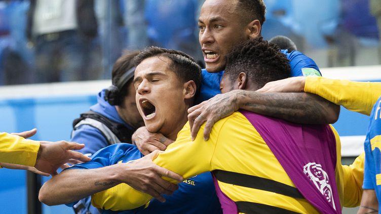 Le Brésilien Coutinho félicité par Neymar et ses coéquipiers après son but face au Costa Rica le 22 juin 2018, dans le stade de Saint-Pétersbourg (Russie). (WILTON JUNIOR / ESTADAO CONTEUDO)