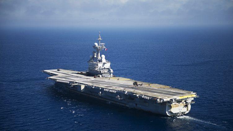 """Le porte-avions français """"Charles de Gaulle"""", le 12 août 2011, au large de Toulon (Var). (BERTRAND LANGLOIS / AFP)"""