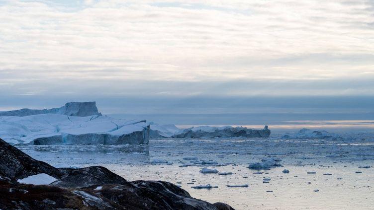 Des icebergs près d'Ilulissat, au Groenland, le 16 mai 2021. (ULRIK PEDERSEN / NURPHOTO / AFP)