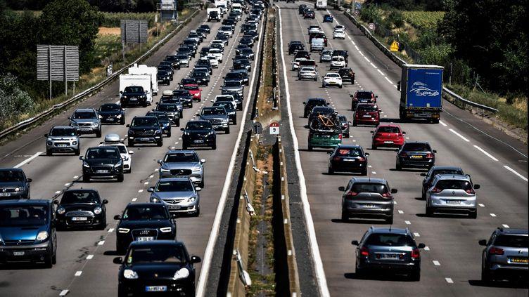 Des automobilistes sur l'autoroute près de Reventin-Vaugris (Isère), le 1er août 2020. Photo d'illustration. (JEFF PACHOUD / AFP)