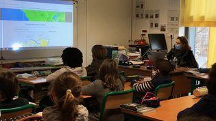 La classe de CM1 de Catherine Deutsch, dans une école primaire du 20e arrondissement de Paris, fin janvier 2021. (ALEXIS MOREL / FRANCE-INFO)