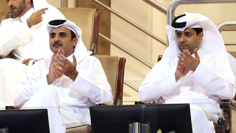 L'émir du QatarTamim bin Hamad al-Thani (gauche)etNasser al-Khelaifi (droite), président du PSG, affrontent le Manchester City desEmirats arabes unis, mercredi 28 avril 2021. (KARIM JAAFAR / AFP)