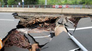 Les intempéries ont détruit un pan de l'autoroute A75, qui relie Montpellier et Clermont-Ferrand, au niveau de la commune du Bosc (Hérault), le 13 septembre 2015. (MAXPPP)