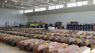 Les cercueils des victimes du naufrage du bateau de migrants entreposés à Lampedusa (Italie) le 12 octobre 2013. (ROBERTO SALOMONE / AFP)