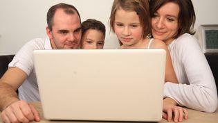 Des parents et leurs enfants sur Internet. (PHILIPPE TURPIN / MAXPPP)