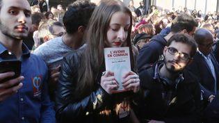 Une jeune femme à l'annonce de la défaite de Jean-Luc Mélenchon à l'issue du premier tour de la présidentielle, le 23 avril, à Paris. Image d'illustration. (XAVIER LAINE / GETTY IMAGES EUROPE)