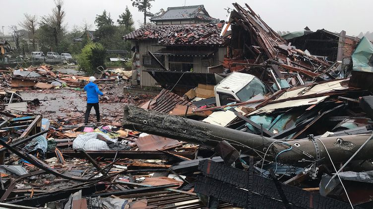 Des habitations endommagées par le passage du typhon Hagibis à Ichihara (Japon), le 12 octobre 2019. (JIJI PRESS / AFP)