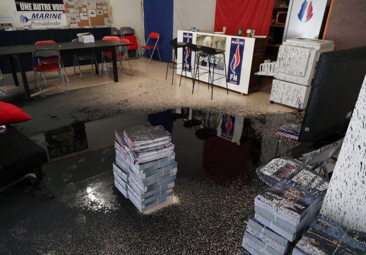 De la peinture a été projetée à l'intérieur de la permanence du FN à Valence (Drôme). (MAXPPP)