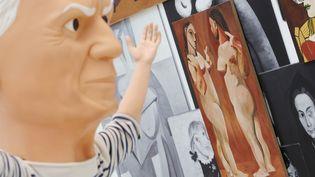 """Une statue de Maurizio Cattelan représentant Pablo Picasso, exposée à Hambourg (Allemagne) à l'occasion de """"Picasso dans l'art contemporain"""", le 30 mars 2015. (MALTE CHRISTIANS / DPA / AFP)"""