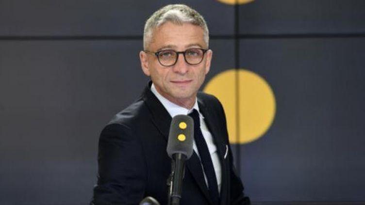 Jean-François Achilli présente Les informés sur franceinfo. (FRANCEINFO / RADIOFRANCE)