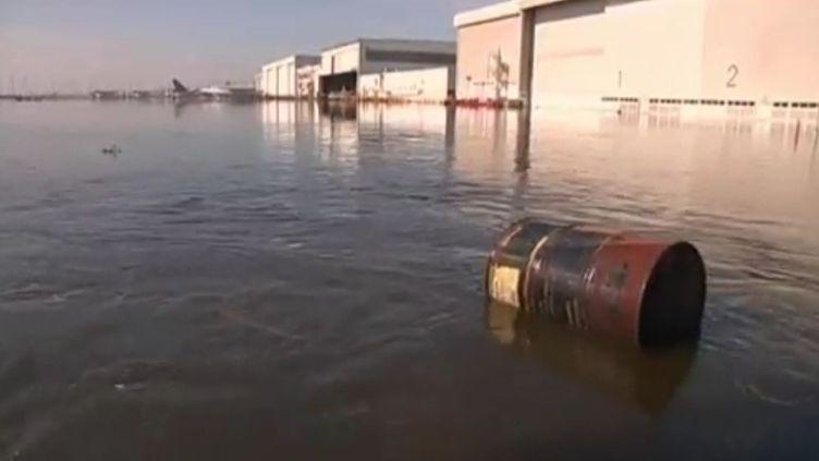 Les inondations qui menacent Bangkok ont touché le deuxième aéroport de la capitale thaïlandaise où les pistes ont été fermées. Mercredi 26 octobre 2011. (APTN)