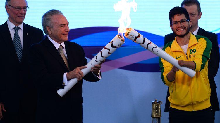 Le nouveau président du Brésil Michel Temer et l'athlète paralympique Yohansson do Nascimento (ANDRESSA ANHOLETE / AFP)