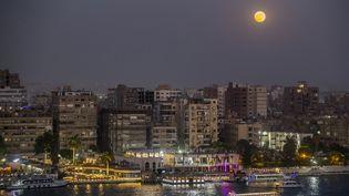 La super Lune au dessus du Care (Egypte), le 24 juin 2021. (KHALED DESOUKI / AFP)