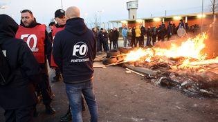 Des personnels pénitentiaires bloquent l'entrée de la prison de Vendin-le-Vieil (Pas-de-Calais), le 16 janvier 2018. (FRANCOIS LO PRESTI / AFP)
