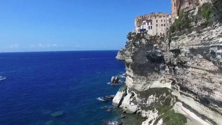 La Corse risque d'être la destination favorite des Français cet été. Mais pour l'heure, ses commerçants attendent toujours de voir les réservations repartir. (FRANCE 2)