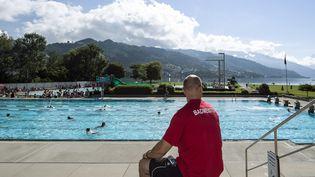 Une piscine à Thun en Suisse, le 15 juillet 2014. (PETER SCHNEIDER / MAXPPP)