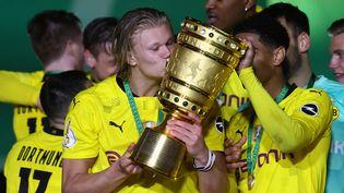 Erling Haaland, auteur d'un doublé contre Leipzig, jeudi 13 mai, peut exulter avec ses coéquipiers de Dortmund après leur sacre en Coupe d'Allemagne. (MARTIN ROSE / POOL)