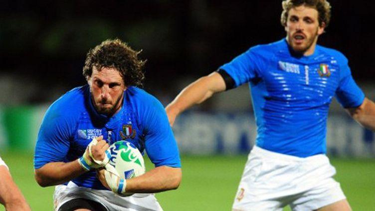 La charge de l'Italien Mauro Bergamasco (MARTIN BUREAU / AFP)