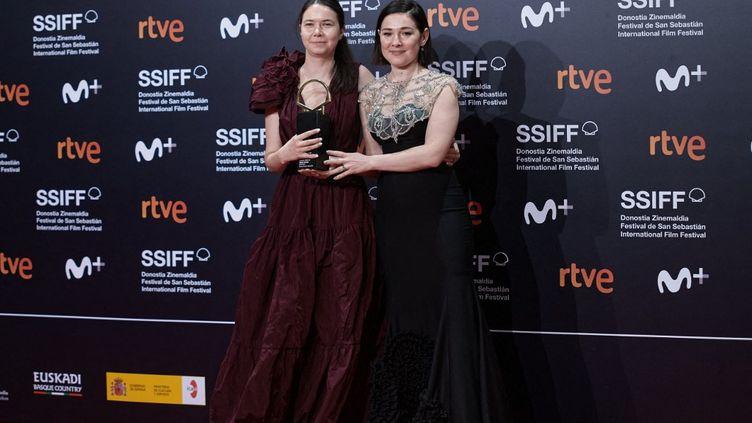 La réalisatrice roumaineAlina Grigore et sa productrice Gabi Suciuavec La Coquille d'or, récompense suprême du Festival du film de Saint Sébastien, le 25 septembre 2021. (COOLMEDIA / NURPHOTO)