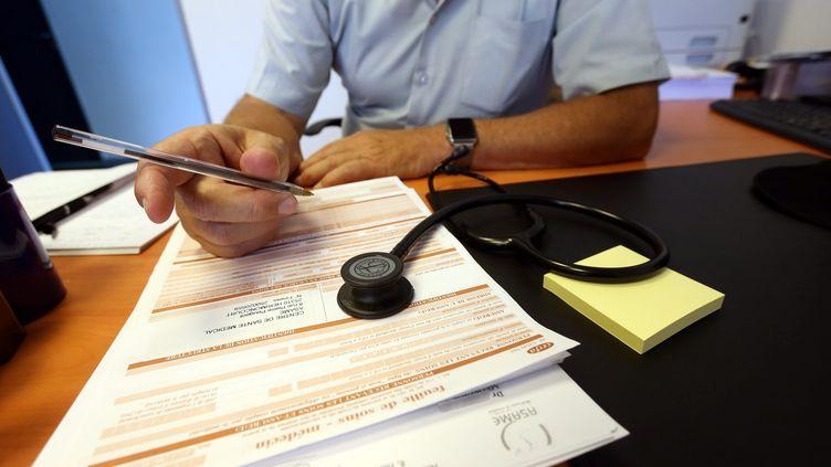 Une feuille de soins remplie par un médecin. Photo d'illustration.  (LIONEL VADAM  / MAXPPP)