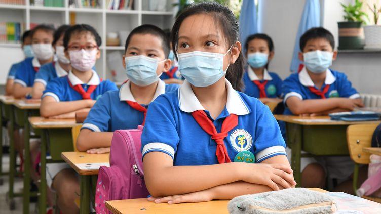 Des écoliers assistent à un cours, le 8 juin 2020, à Pékin (Chine). (REN CHAO / XINHUA / AFP)