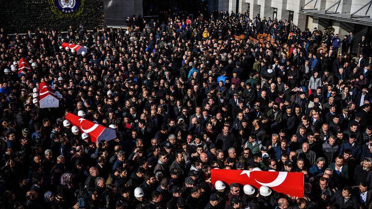 Les cercueils de policiers tués lors de l'attentat à Istanbul sont transportés devant le siège de la police, le 11 décembre 2016. (OZAN KOSE / AFP)