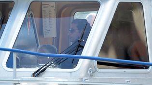 """Fransco Schettino, le commandant du """"Costa Concordia"""", participant à une reconstitution du naufrage du navire, le 27 février 2014 sur l'île du Giglio (Italie). (FILIPPO MONTEFORTE / AFP)"""