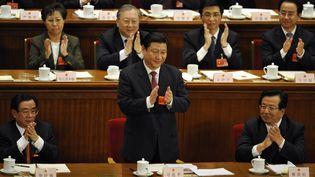Le futur numéro un chinois Xi Jinping (debout), le 15 mars 2008 à Pékin. (PETER PARKS / AFP)