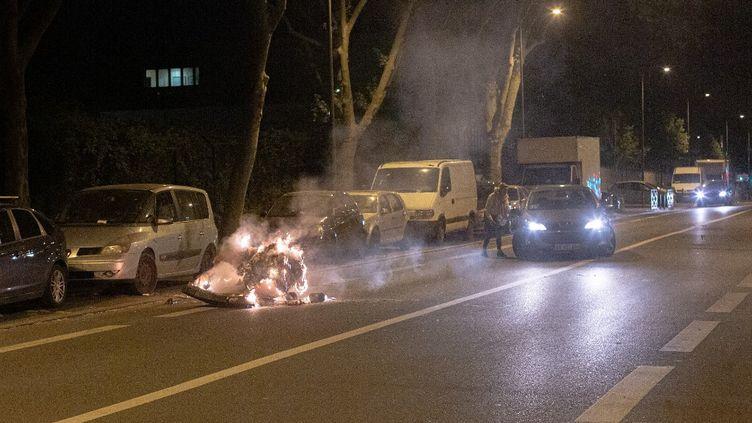Troisième nuit d'incidents à Villeneuve-la-Garenne (Hauts-de-Seine), le 21 avril 2020. (AMAURY BLIN / HANS LUCAS / AFP)