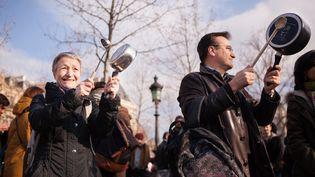 Des personnes manifestent contre la corruption, en tapant sur des casseroles, à Paris, le 19 février 2017. (PIERRE GAUTHERON / HANS LUCAS / AFP)