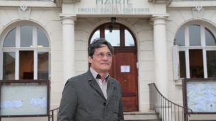 Richard Trinquier devant l'hôtel de ville de Wissous (Essonne), le 10 juillet 2014. (JACQUES DEMARTHON / AFP)