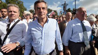 François Fillon (centre) en compagnie du président du Sénat Gérard Larcher (droite) lors d'un meeting à Sablé-sur-Sarthe (Sarthe), le 28 août 2016. (JEAN-FRANCOIS MONIER / AFP)