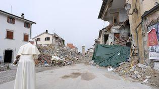 Le pape François prie au milieu des décombres à Amatrice (Italie), le 4 octobre 2016. (OSSERVATORE ROMANO / AFP)