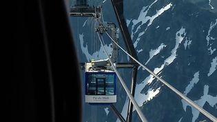 Après la chute d'une cabine téléphérique qui a fait 14 morts en Italie, les équipes de France Télévisions se sont rendue en haut du Pic du Midi, qui surplombe les Hautes-Pyrénées, pour comprendre comment l'entretien du téléphérique était réalisé. (CAPTURE ECRAN FRANCE 2)