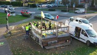 """Les """"gilets jaunes"""" appellent à fêter leur année d'existence, samedi 16 novembre. Plus de 140 appels à manifester ont été lancés sur les réseaux sociaux pour célébrer l'acte 53 du mouvement. Seuls quelques ronds-points font de la résistance, comme celui de Crolles, en Isère. (France 2)"""