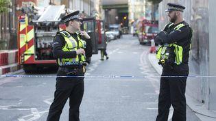 Des policiers bloquent les accès au lieu de l'attaque terroriste dans le secteur du Borough Market et du London Bridge, le 4 juin 2017 à Londres (Royaume-Uni). (ISABEL INFANTES / ANADOLU AGENCY / AFP)
