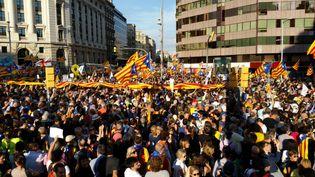 Environ 450 000 personnes ont manifesté pour l'indépendance de la Catalogne, samedi 21 octobre à Barcelone. (MATHILDE DEHIMI / RADIO FRANCE)