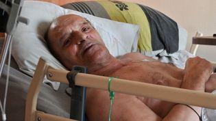 Le malade incurable Alain Cocq sur son lit, à son domicile de Dijon (Côte-d'Or), le 12 août 2020. (PHILIPPE DESMAZES / AFP)