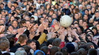 """Les habitants de la ville de Ashbourne (Royaume-Uni) s'affrontent lors d'un match de """"foot"""" géant, le 9 février 2016. (OLI SCARFF / AFP)"""