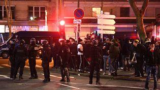 Des forces de l'ordre postés aux abords du Parc des Princes, à Paris, le 11 décembre 2019. (FRANCK FIFE / AFP)