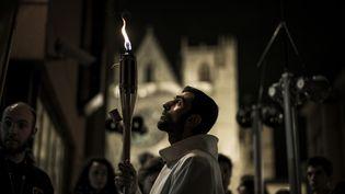 Plusieurs prêtres participaient à la procession, conduite par par le cardinal Philippe Barbarin. La Fête des lumières, aujourd'hui laïque, est à l'origineune tradition religieuse vieille de 153 ans, dédiée à la Sainte Vierge. (JEFF PACHOUD / AFP)