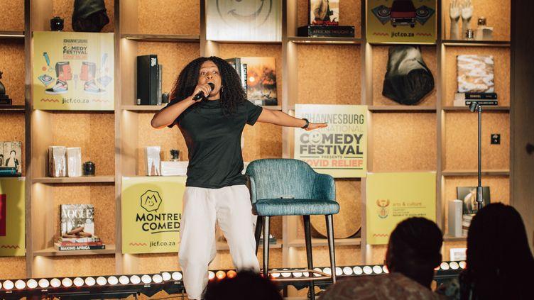 Stella Dlangalala sur la scène duJohannesburg Comedy Festival. (Photo publiée sur la page Facebook du festival)