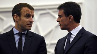 Le ministre de l'Economie, Emmanuel Macron et le Premier ministre, Manuel Valls, à Alger (Algérie), le 10 avril 2016. (FAROUK BATICHE / AFP)