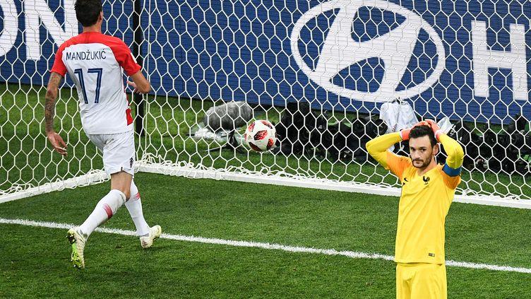 Le gardien français Hugo Lloris après son erreur en finale de la Coupe du monde face à la Croatie le dimanche 15 juillet 2018 à Moscou (Russie). (ALEXANDER VILF / SPUTNIK)