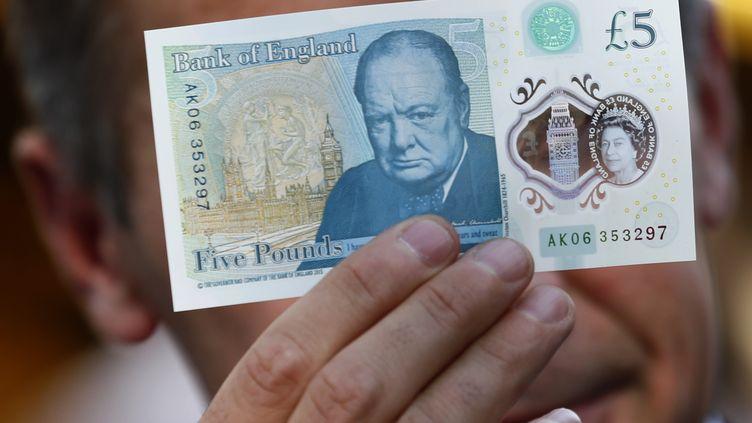 Un billet de cinq livresà l'effigie de l'ancien Premier ministre britannique Winston Churchill, entré en circulation en septembre 2016. (STEFAN WERMUTH / AFP)