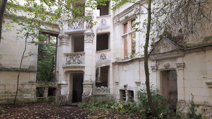 La cour intérieure du château de la Mothe-Chandeniers situé dans la commune des Trois-Moutiers, dans le département de la Vienne. (ANNE CHÉPEAU / FRANCEINFO)