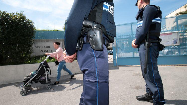 Deux policiersdevant l'école primaire Thérèse-Roméo à Nice (Alpes-Maritimes), le 4 avril 2017. (MAXPPP)