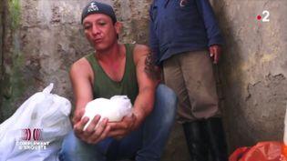 """""""J'ai embarqué avec les narcos"""" : comment acheminer 500 kg de cocaïne via le fleuve Amazone (COMPLÉMENT D'ENQUÊTE / FRANCE 2)"""