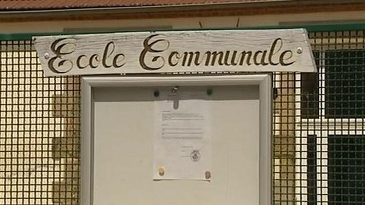 L'arrêté municipal indiquant la fermeture de l'école jusqu'à nouvel ordre, à Bert (Allier), en mai 2014. ( FRANCE 3 AUVERGNE / FRANCETV INFO)